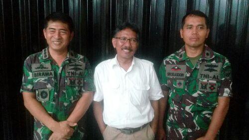 Dari kiri, Kolonel Laut Birawa Budijuwana, Mochammad Said Utomo selaku Ketua Yayasan Lembaga Perlindungan Konsumen (YLPK) Jawa Timur dan rekan.